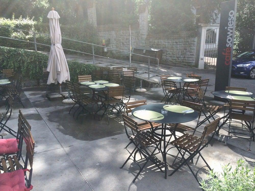 Der Aussenbereich des «Café Sowieso»: Die Tische sind für den Mittagsbetrieb vorbereitet.
