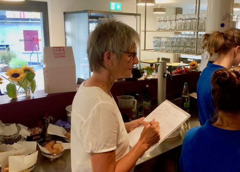 Sozialpädagogin Irma Metz gibt ihren Mitarbeiterinnen Anweisungen.