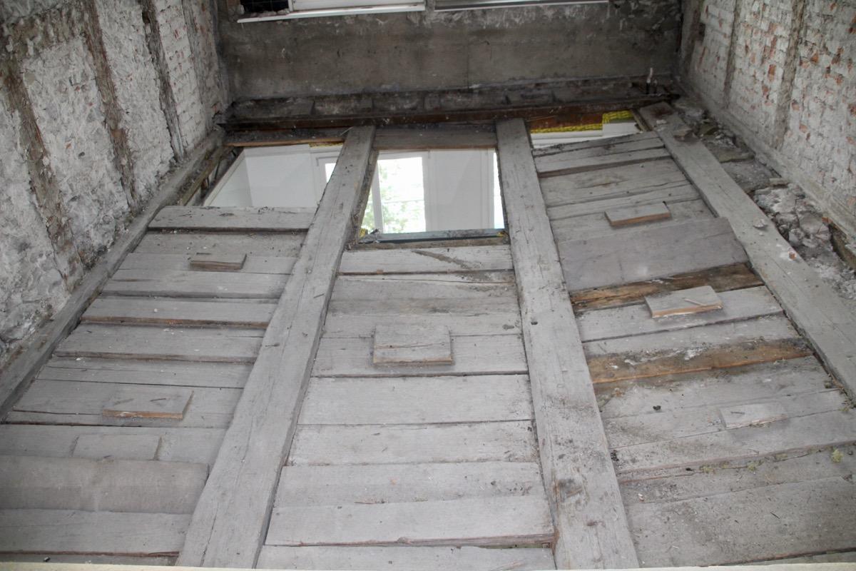 Bitte nicht betreten. Der Boden im dritten Stock ist bedenklich durchgebogen.