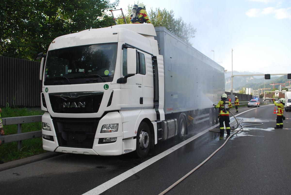 Der Anhänger des Sattelschleppers wurde von der Feuerwehr gekühlt.