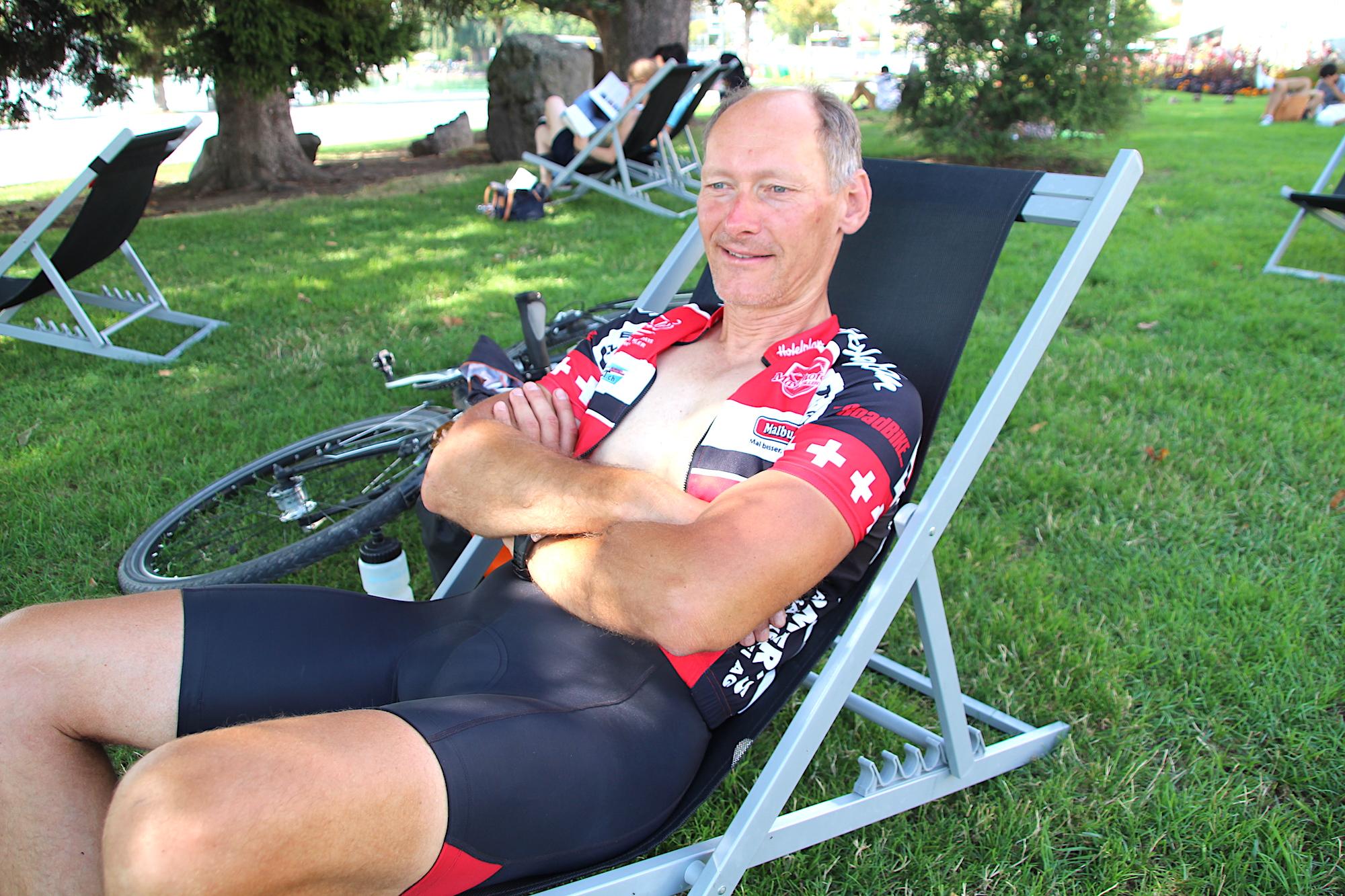 Dietmar Püschel aus Berlin geniesst nach langer Velotour in Zug auf der Rössliwiese den Gratis-Liegestuhl.