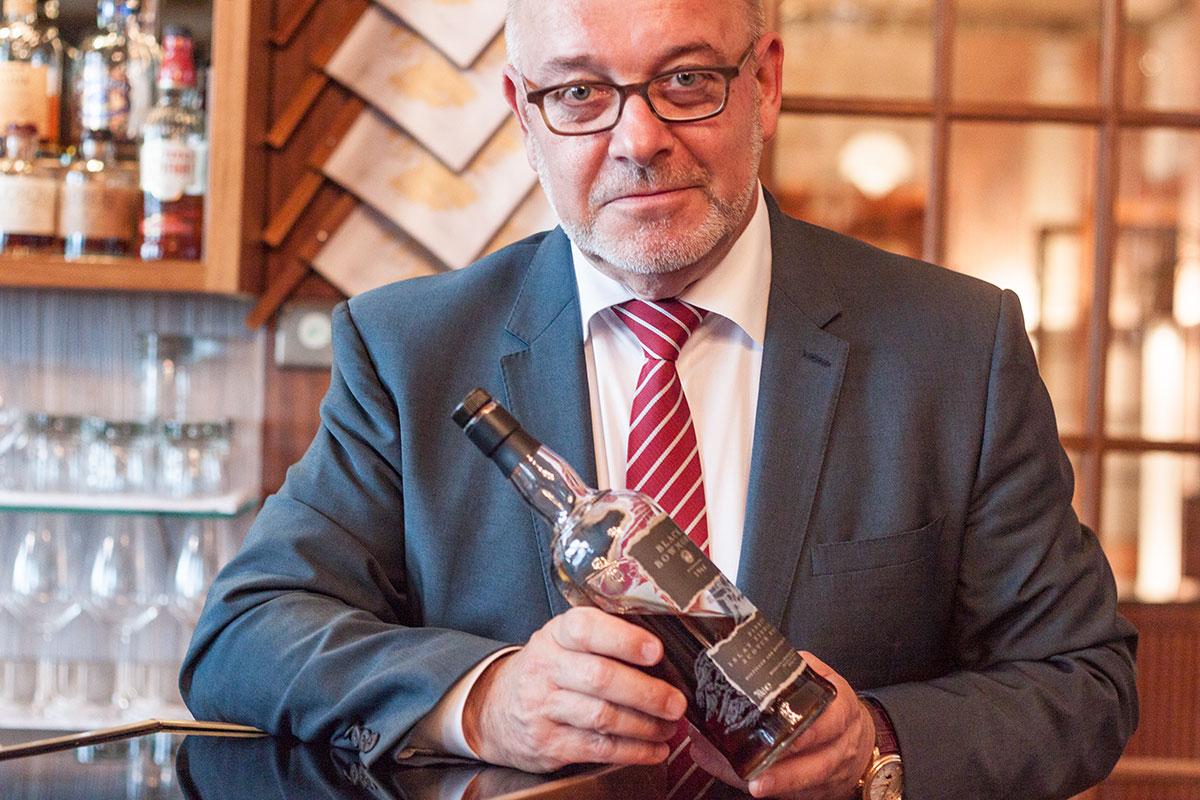 Ein edler Tropfen: Fritz Erni mit seinem Lieblingswhiskey.
