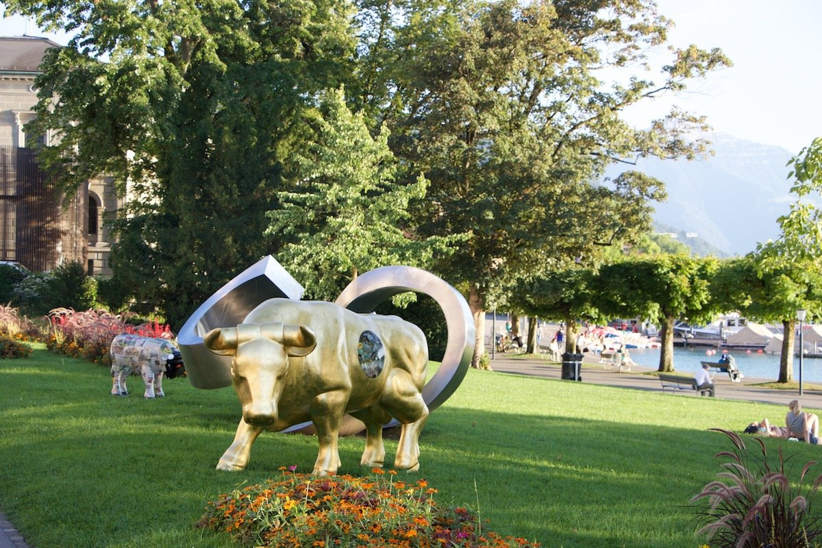 Er erinnert eher an ein goldenes Kalb: Der sogenannte «TraStier» steht auf der Rössliwiese.