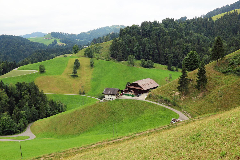 950 Meter hoch gelegen: Der Bergbauernhof Hinterärbsegg von Martin Reber liegt an einem steilen Hang unterhalb des Brambodens im Entlebuch.