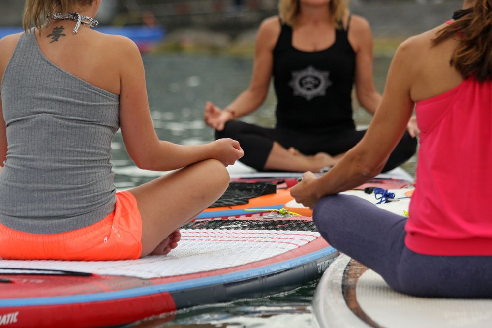 Sitz-Paddle-Yoga oder Surf-Meditation? Jedenfalls wird das auch dieses Jahr wieder angeboten.