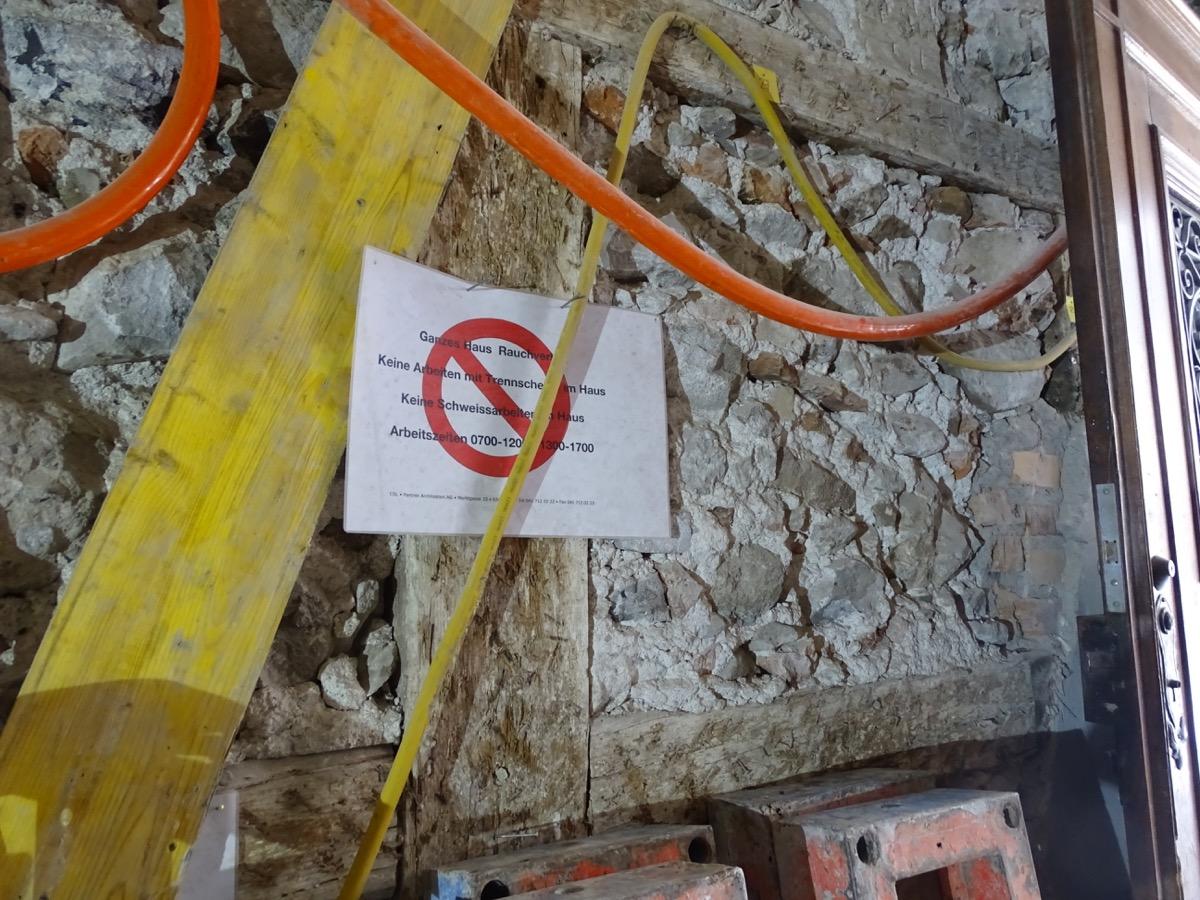 Die Instruktionen an die Bauarbeiter sind an eine geschichtsträchtige Wand gehängt worden.