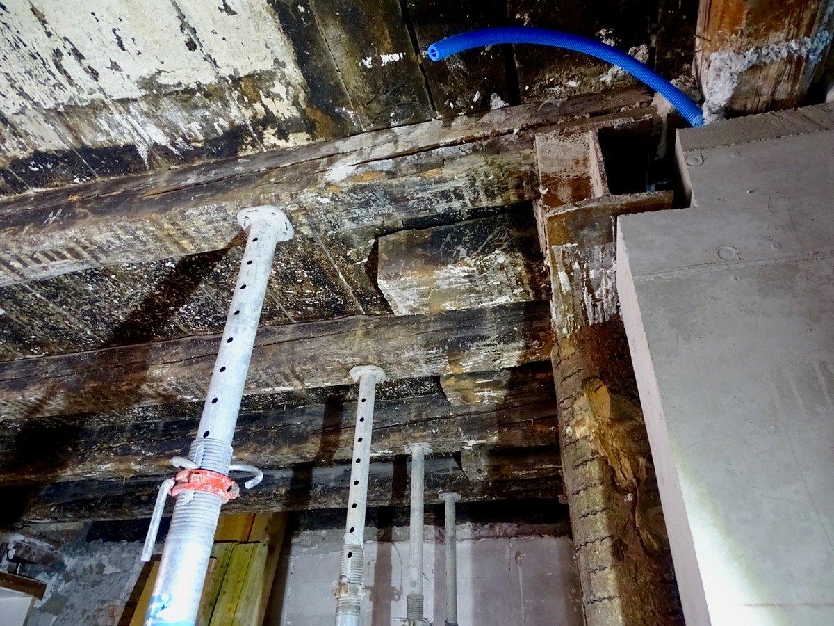 Balken aus dem 14. Jahrhundert: Sie dürfen bleiben, werden jedoch noch ordentlich geputzt.