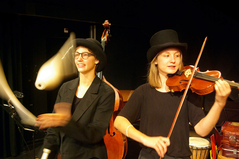 Aufwärmen im Theaterpavillon: Solvej Canova (jongliert) und Silja Bühler (an der Violine).