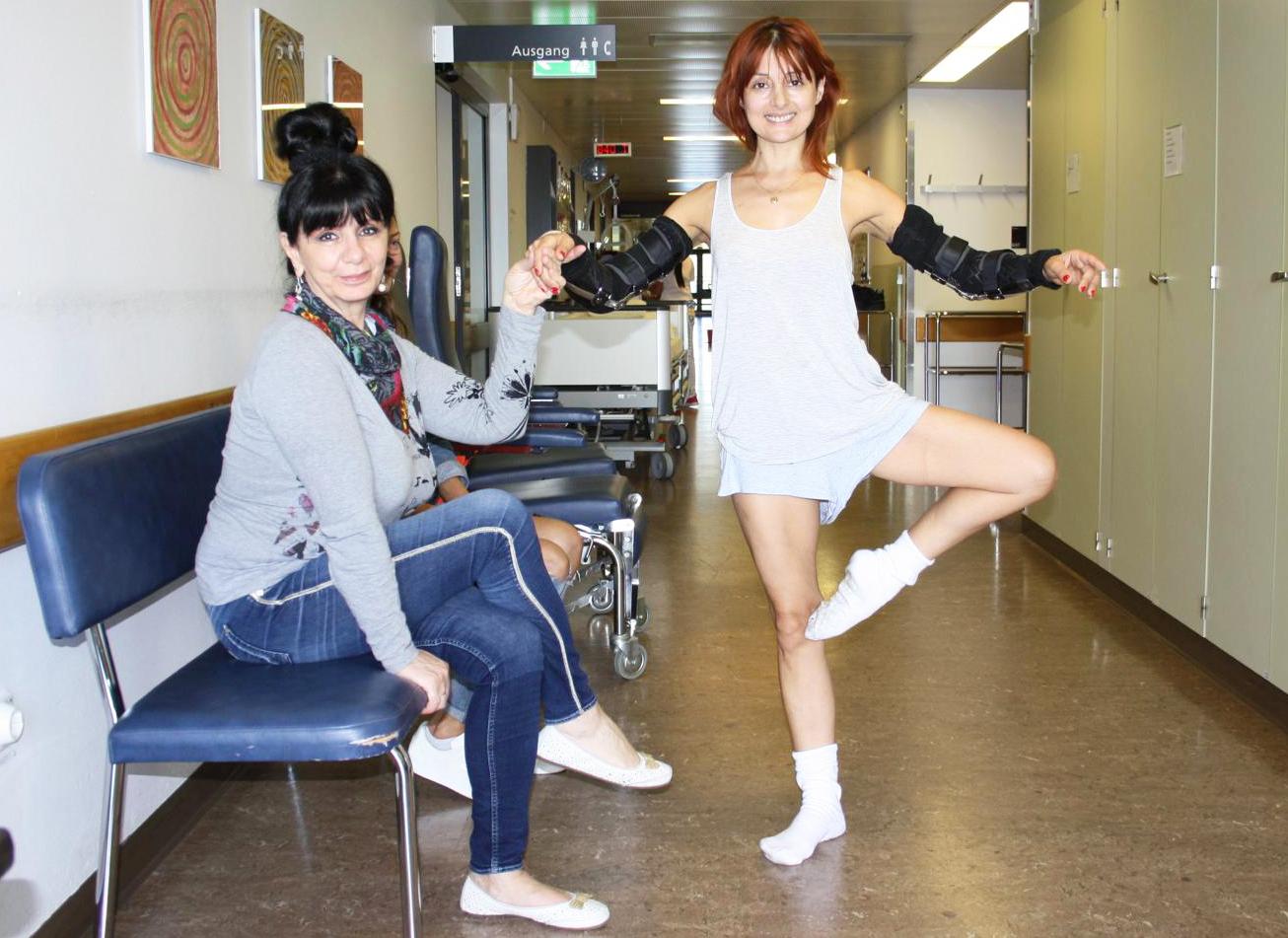 Zwei Wochen nach dem Unfall stellt sie im Spitalkorridor bereits wieder ihre Beweglichkeit unter Beweis.