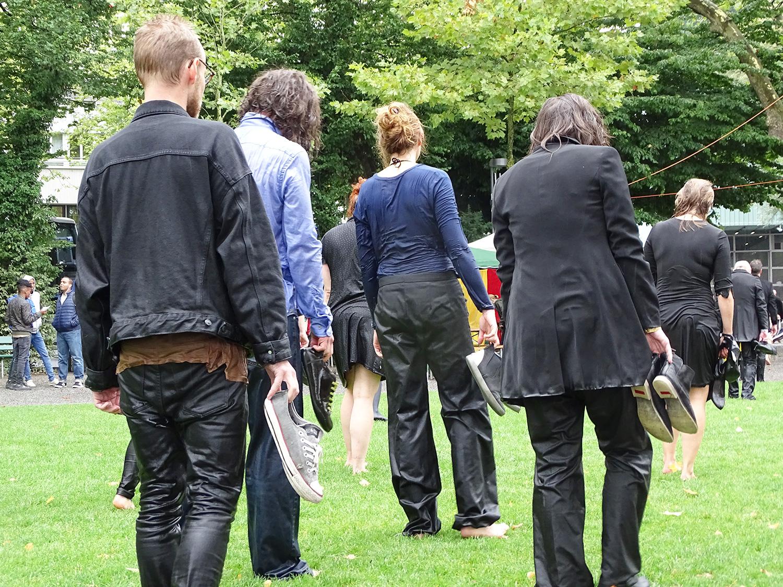 Erinnert entfernt an die Serie «The Walking Dead»: Nasse Kulturschaffende auf dem Weg ans Lucerne Festival.