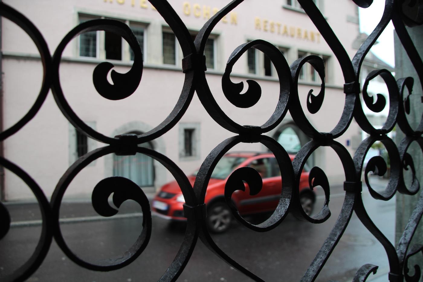 Ein schmiedeisernes Gitter markiert den Eingang des Ladens, der am 2. September eröffnet wird. Gegenüber das Hotel Ochsen.