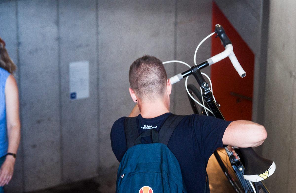 Stossen respektive tragen statt fahren: Das gilt auch weiterhin am Zugang der Velostation zum alten Posttunnel.