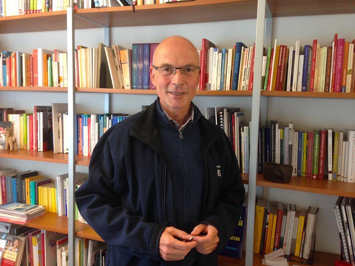 Tobias Karcher vor seiner Bibliothek.