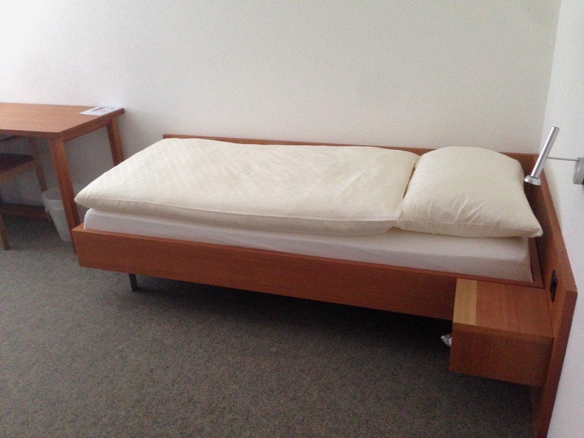 Ein Bett, ein Schrank, ein Pult: Viel Schnickschnack gibt's hier nicht.