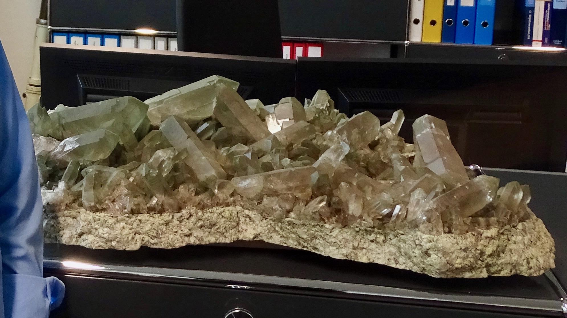 Der 15 Millionen Jahre alte Kristall in seinem Büro hat für Bruno Staffelbach eine grosse Bedeutung: «Die einzelnen Kristalle erscheinen chaotisch verteilt, und trotzdem verkörpern sie klare physikalische Gesetze.»