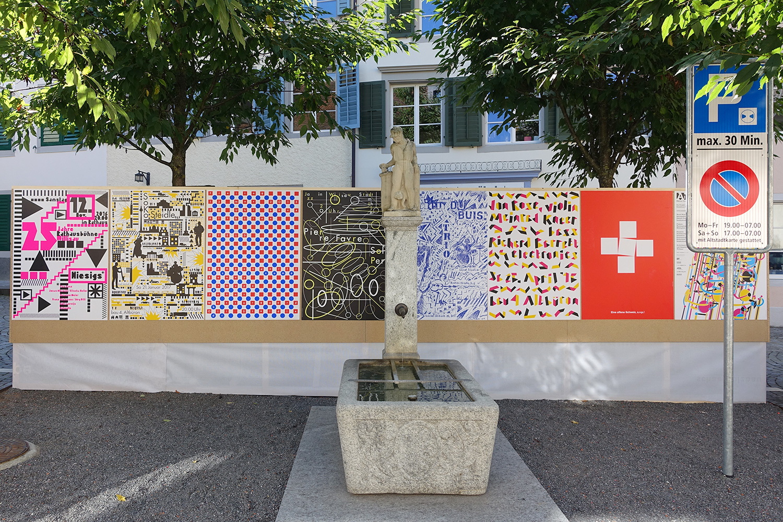 Plakate von Niklaus Troxler auf dem Mühleplatz in Sursee.