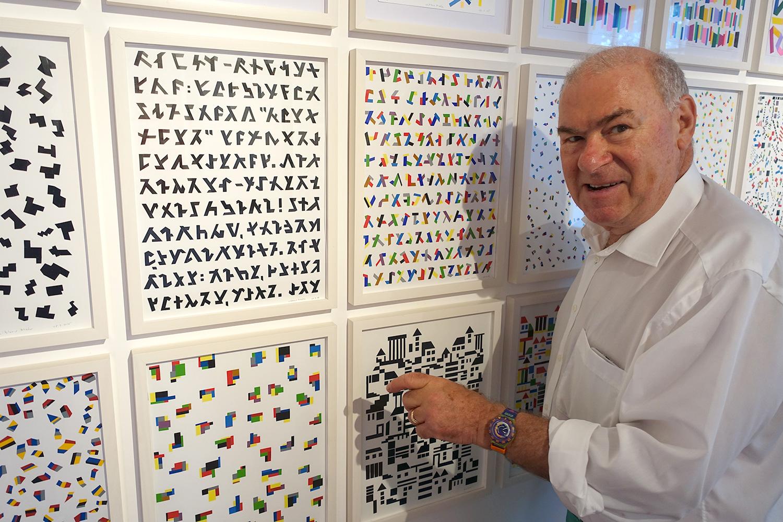 Niklaus Troxler zeigt einige seiner neueren Arbeiten in der Ausstellung – mit Isolierband.