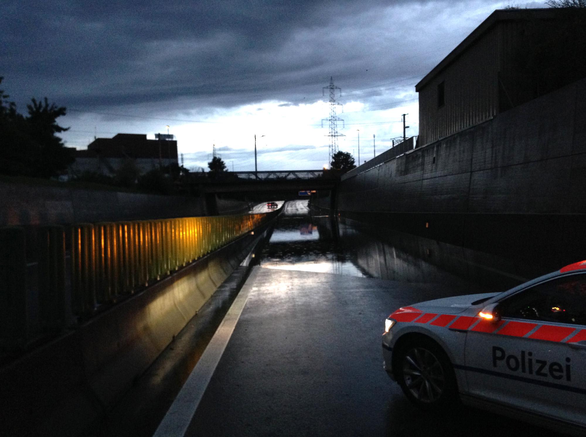 Weltuntergangsstimmung auf der A4a zwischen Zug und Baar: Die Autobahn wurde wegen Hochwassers gesperrt.