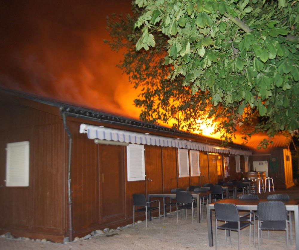 Das Vereinslokal steht in Flammen.
