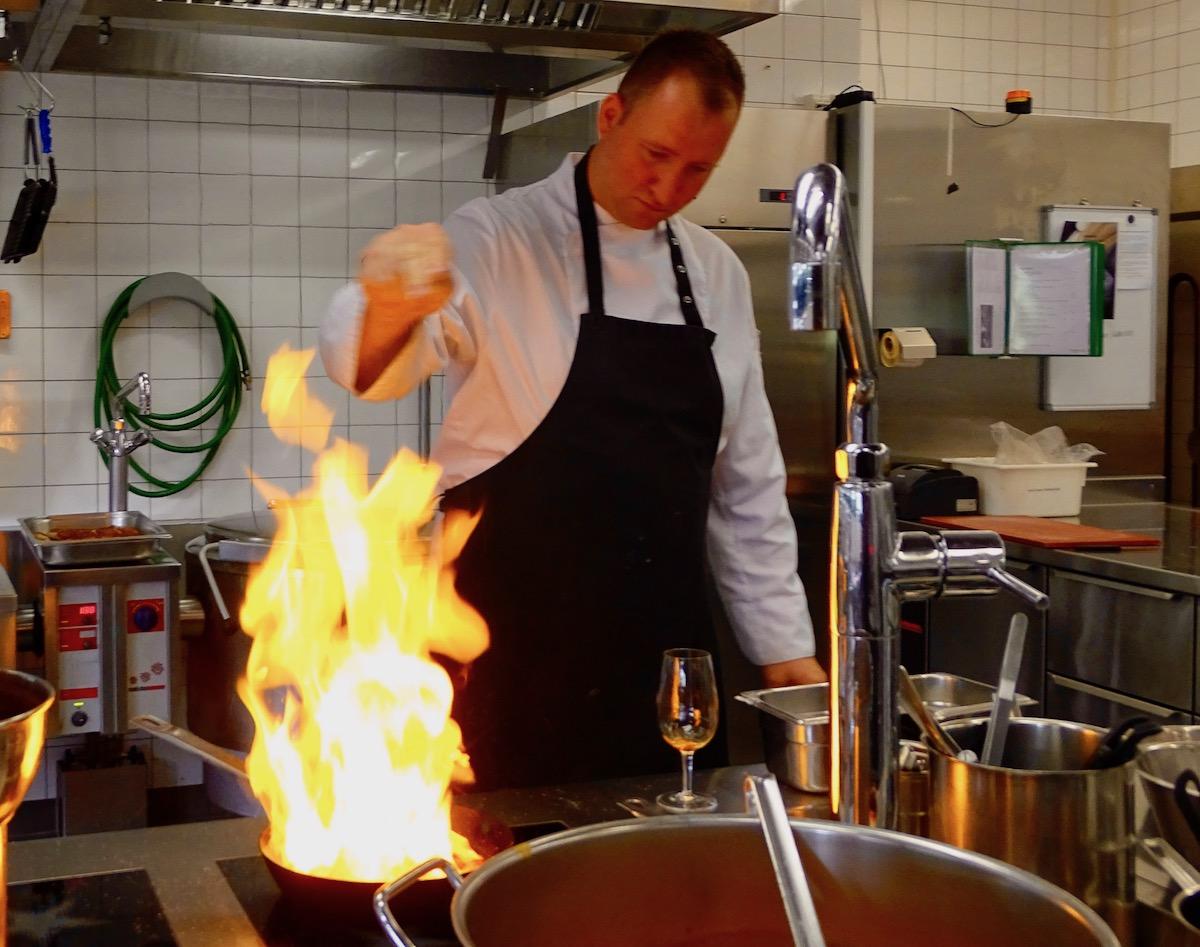Hoch schiessen die Flammen: Küchenchef Ronny Schneider flambiert Cherrytomaten.