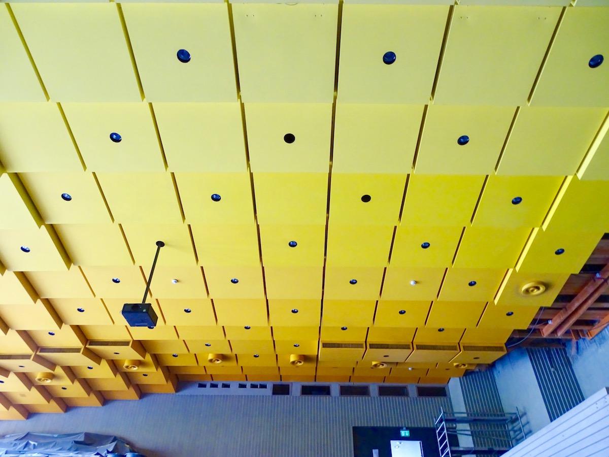 Die Farben der 70er müssen weichen: Die Decke der Musical-Halle wird schwarz gepinselt.