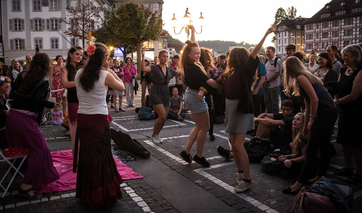 Hier darf auch gerne getanzt werden: das Weltmusik-Festival gastiert auf dem Jesuitenplatz.