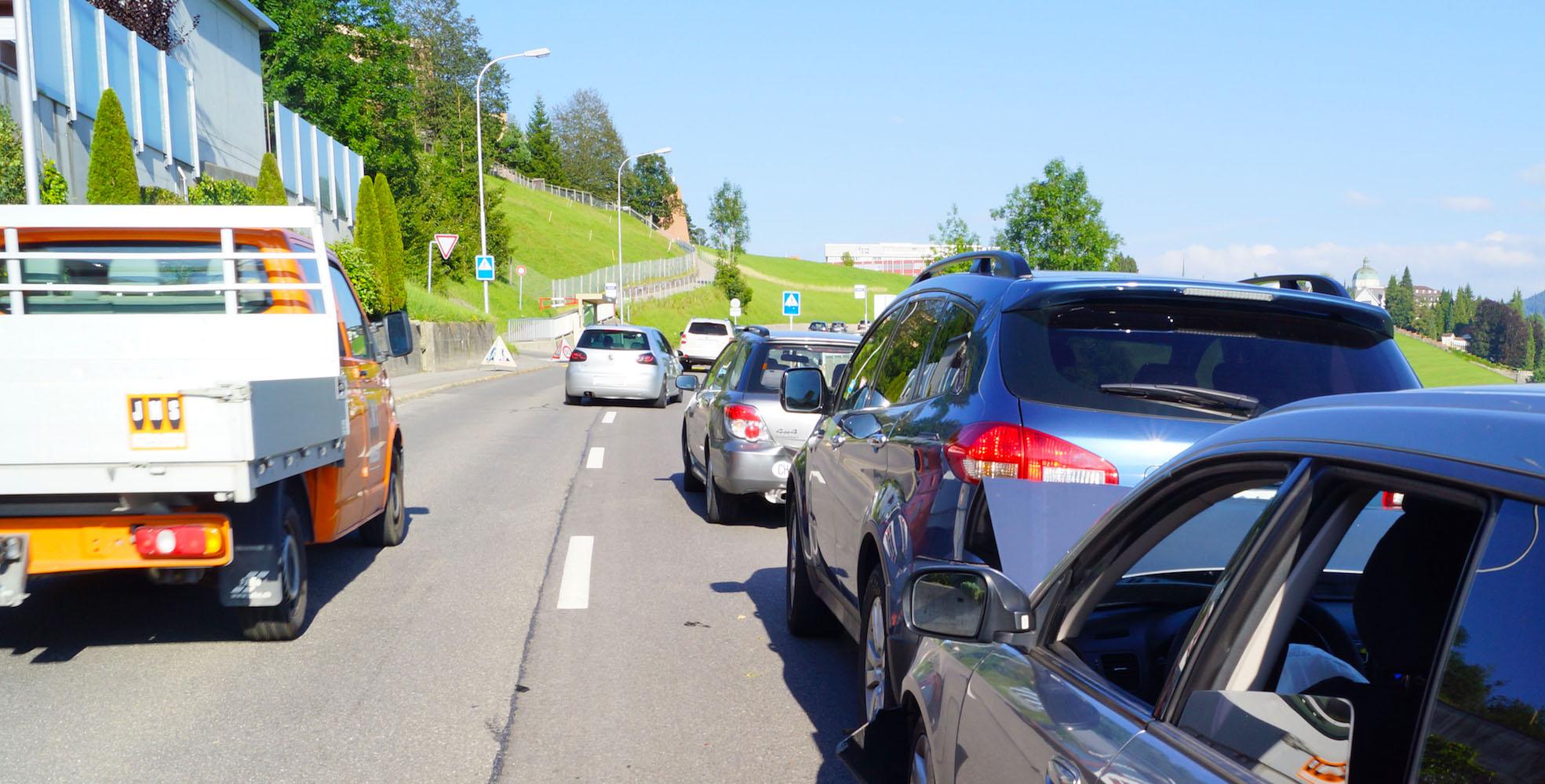 Stau nach Unfall im Feierabendverkehr.