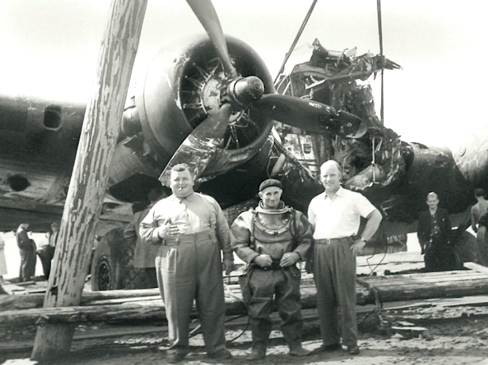 Die Drei haben den abgestürzten US-Bomber aus dem Zugersee am 25. August 1952 gehievt: Ganz links der «Bomber-Schaffner».
