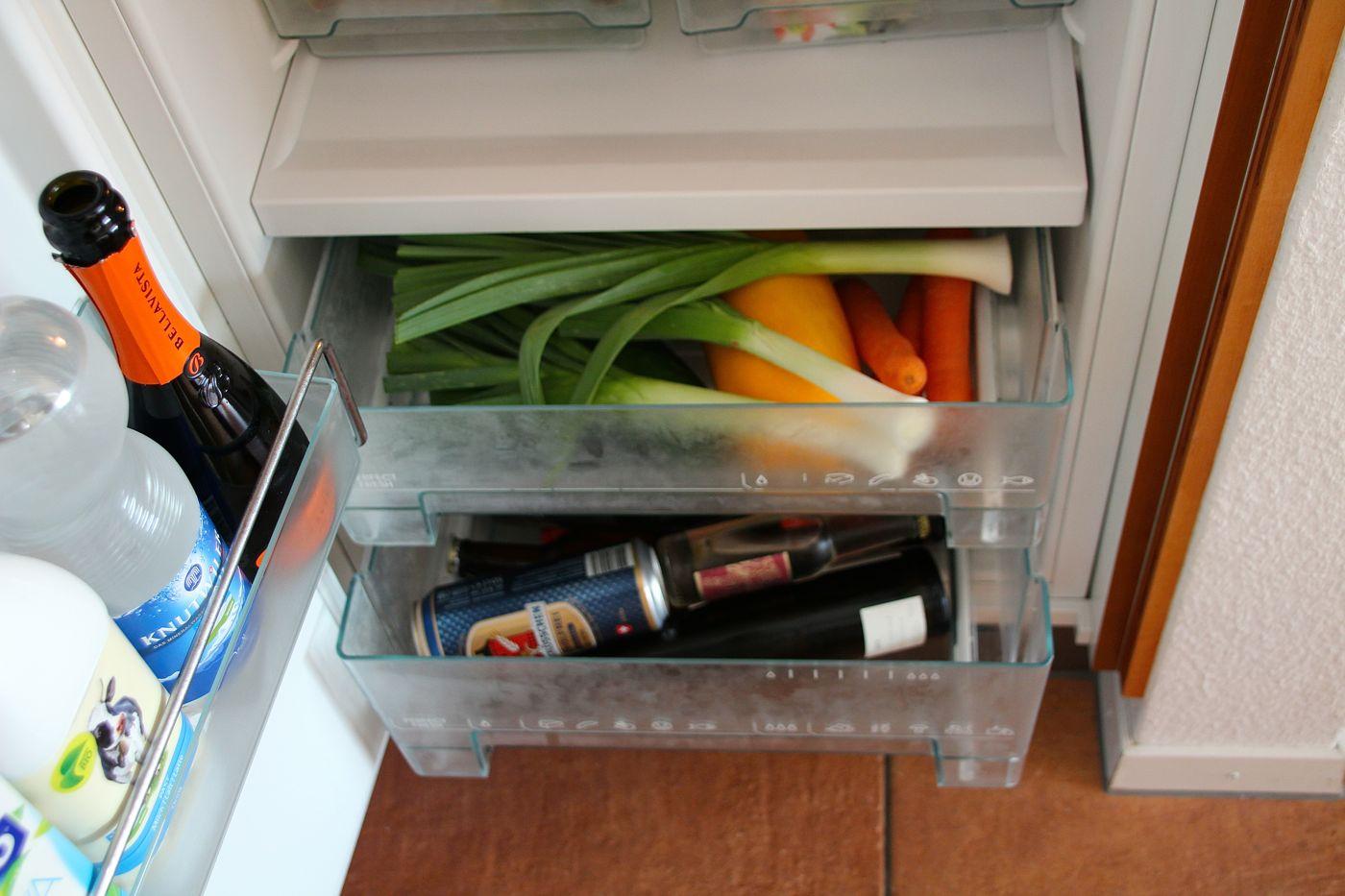 Im unteren Fach liegt das Gemüse und der Alkohol, links das Fläschchen Franciacorte.