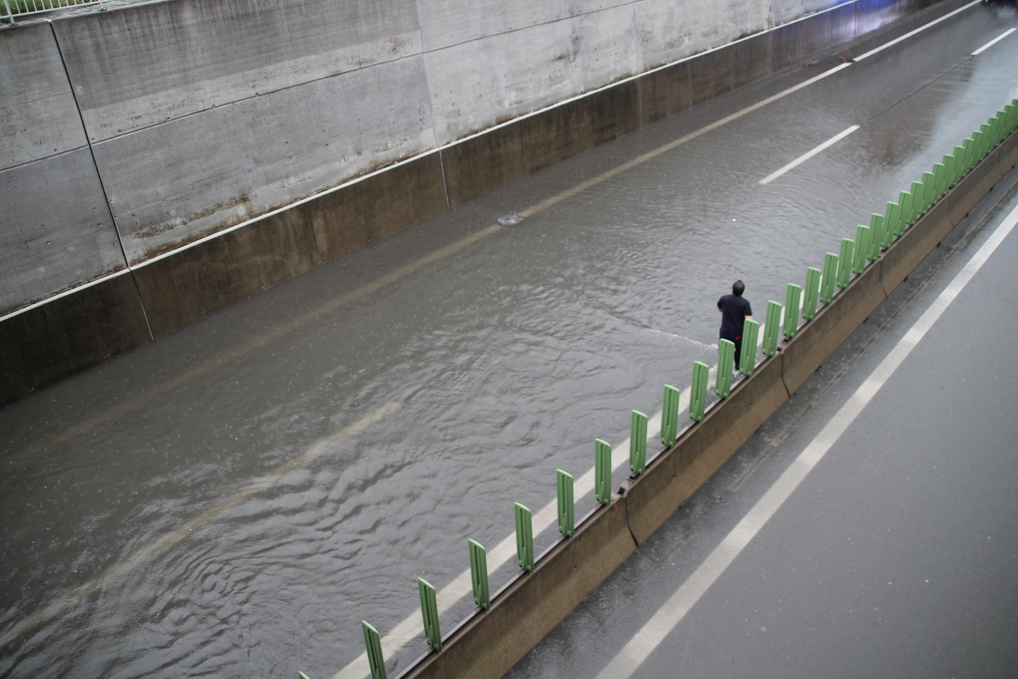 Knietief steht das Wasser auf der Autobahn bei Steinhausen.