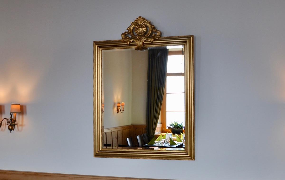 Noch kurz in den goldenen Spiegel schauen: Das Interieur der Mando-Diao-Garderobe ist klassisch.