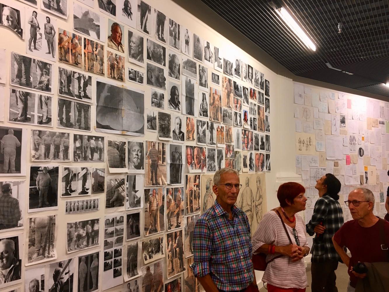 Dutzende Zeichnungen zieren die Wände.