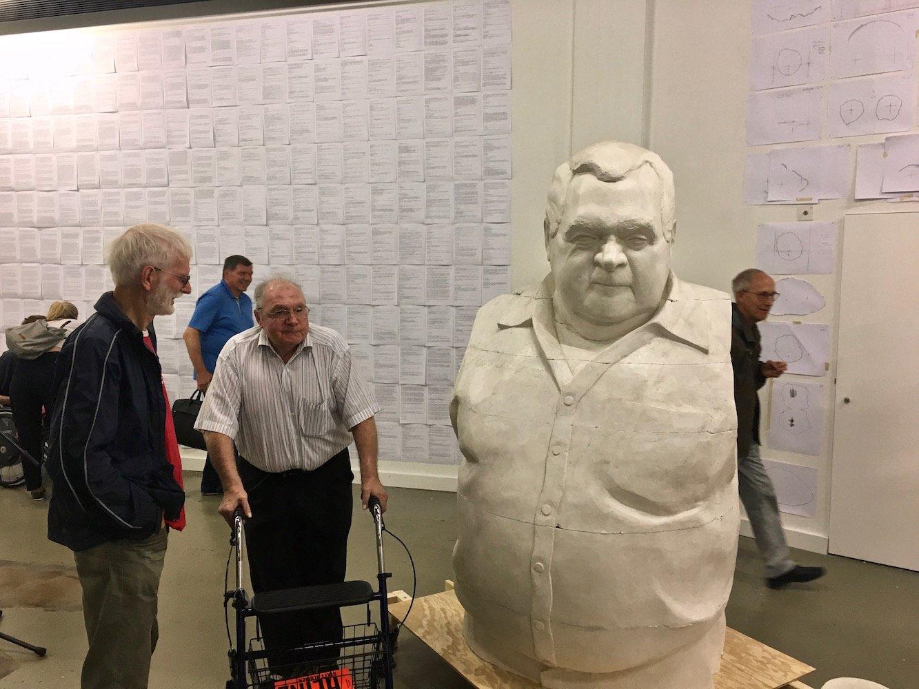 Heinz Gilli betrachtet «seine» Statue.