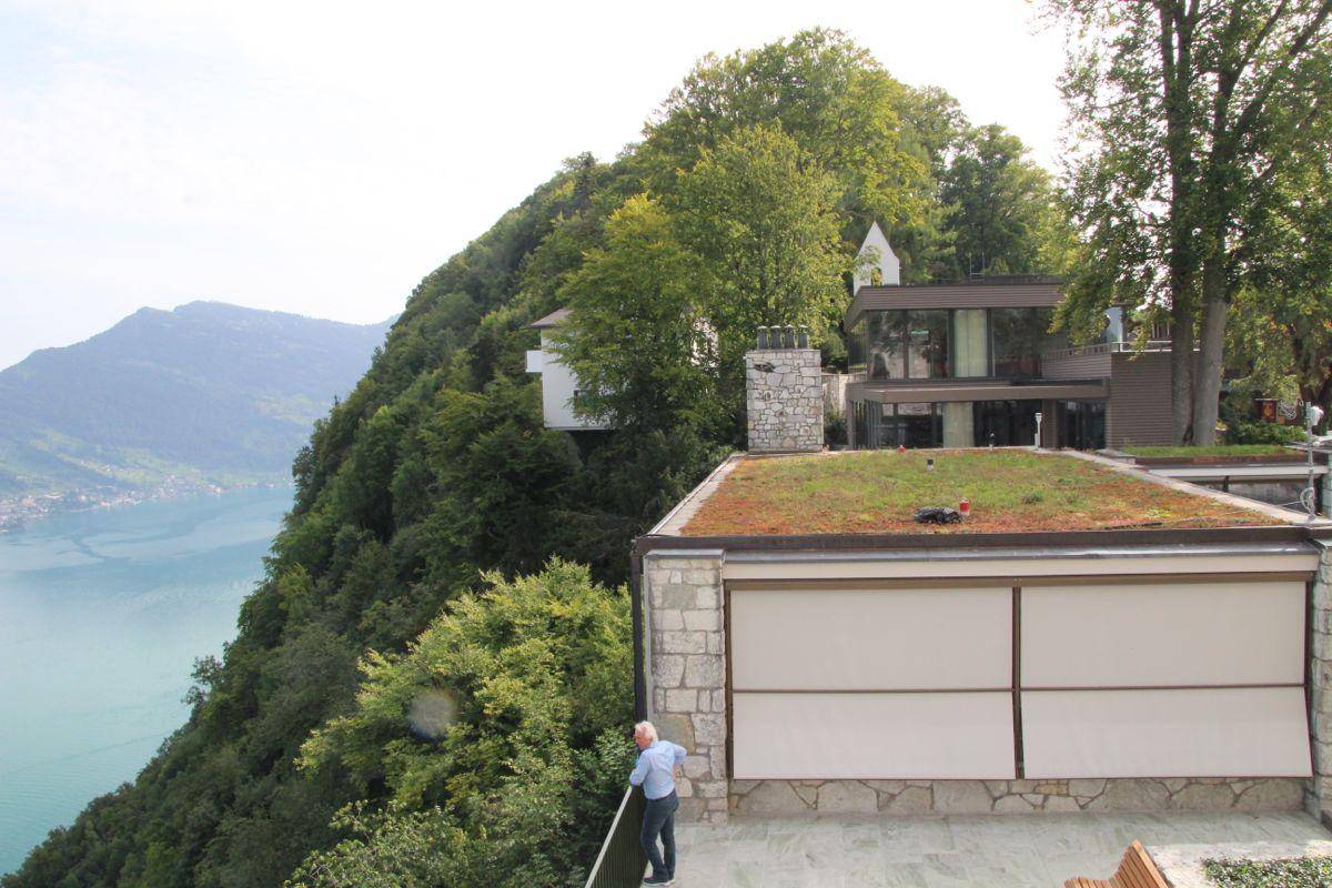 Blick Richtung Hammetschwand-Lift. Im gläsernen Gebäude befindet sich das Restaurant Sharq Oriental.