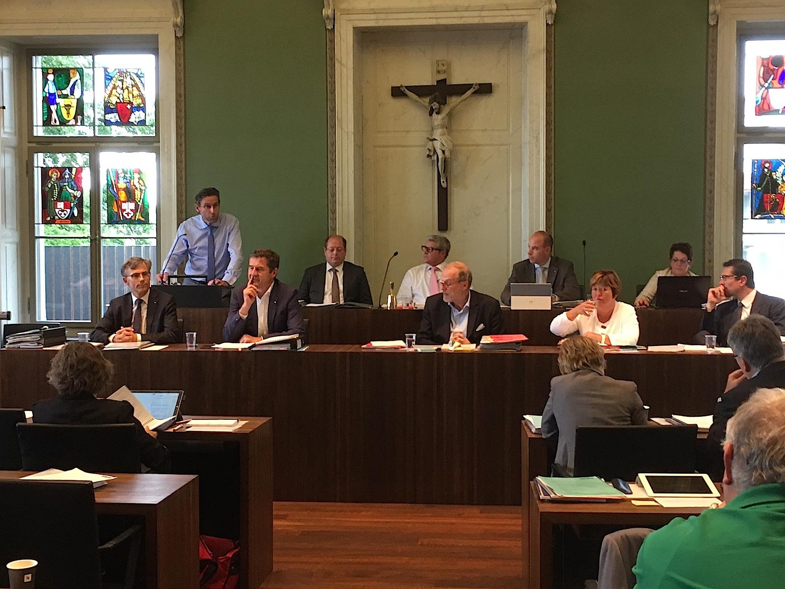 Der Zuger Stadtrat an einer GGR-Sitzung (vordere Reihe): V.l. Karl Kobelt, FDP, André Wicki, SVP, Stadtpräsident Dolfi Müller, SP, Vroni Straub, CSP, und Urs Raschle, CVP.