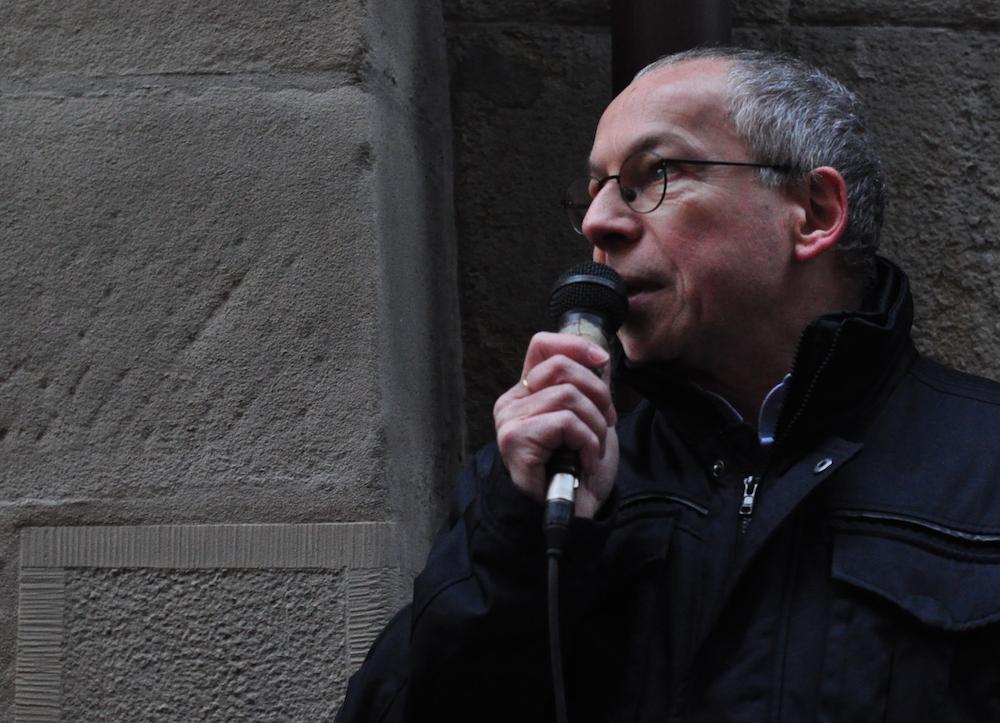 Urs Bugmann, Präsident IG Kultur, spricht an der Kundgebung gegen die Sparmassnahmen (Bild: pze).