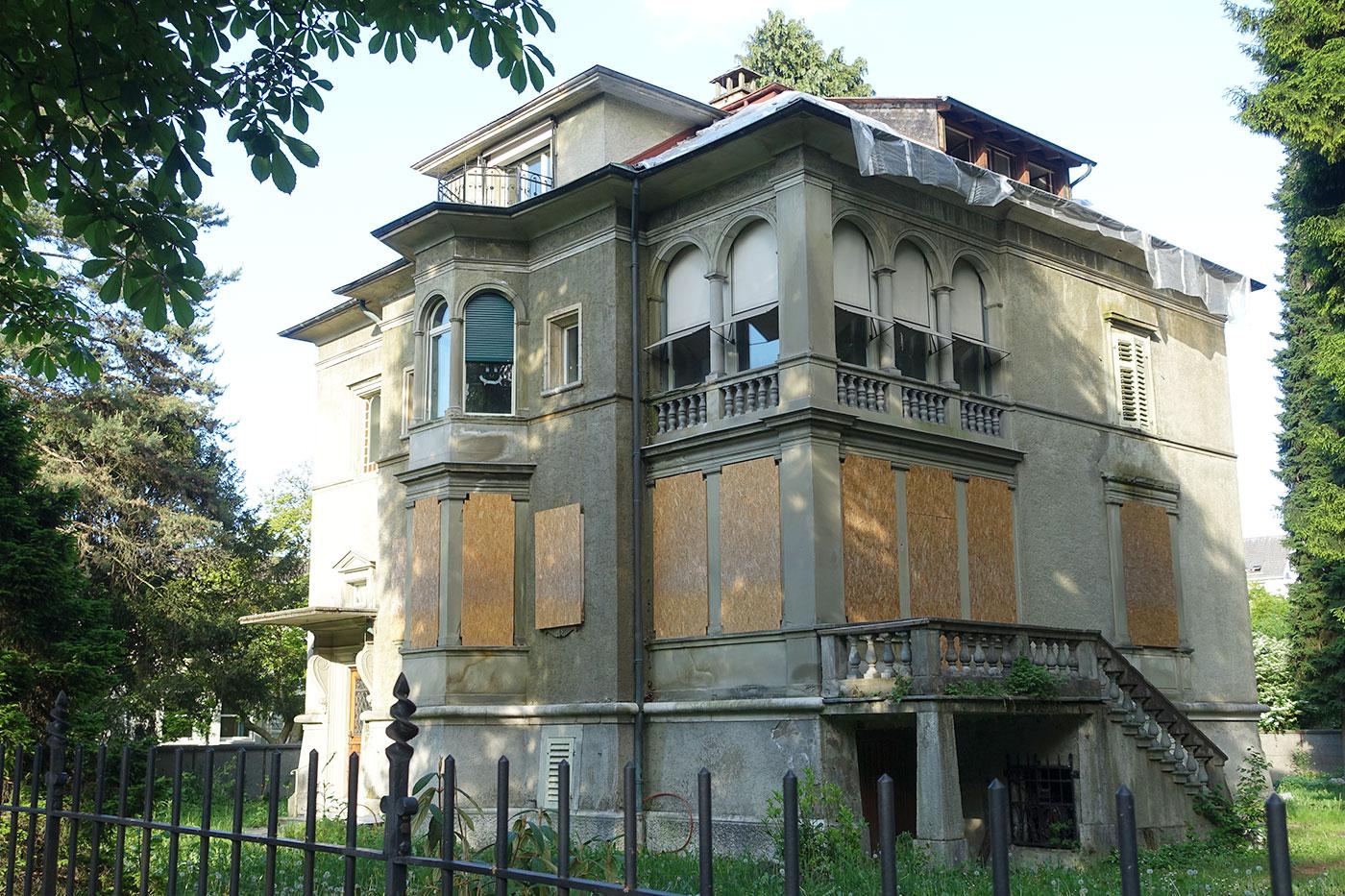 Zugebrettert wartet die Bodum-Villa an der Obergrundstrasse 99 auf ihr Schicksal.