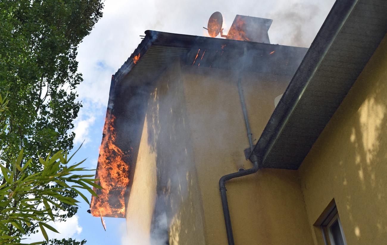 Das Feuer breitete sich im oberen Teil des Hauses schnell aus.