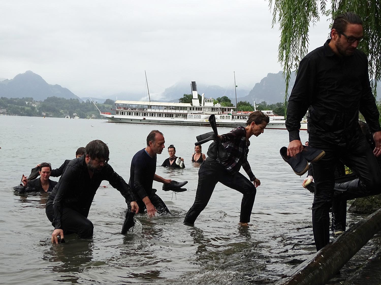 Nasse gestalten entsteigen dem See – ihr Ziel: das KKL.