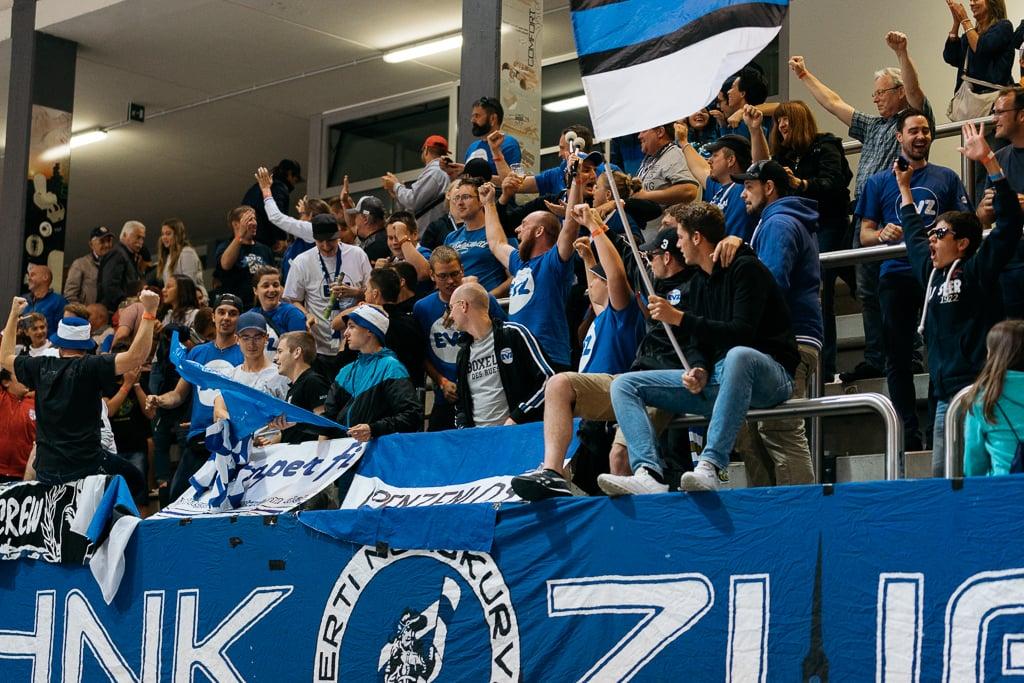 Zuger Fans jubeln nach dem Sieg.