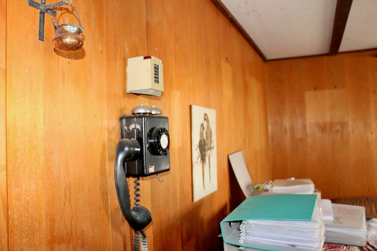 Das Telefon an der Wand erinnert an alte Zeiten.