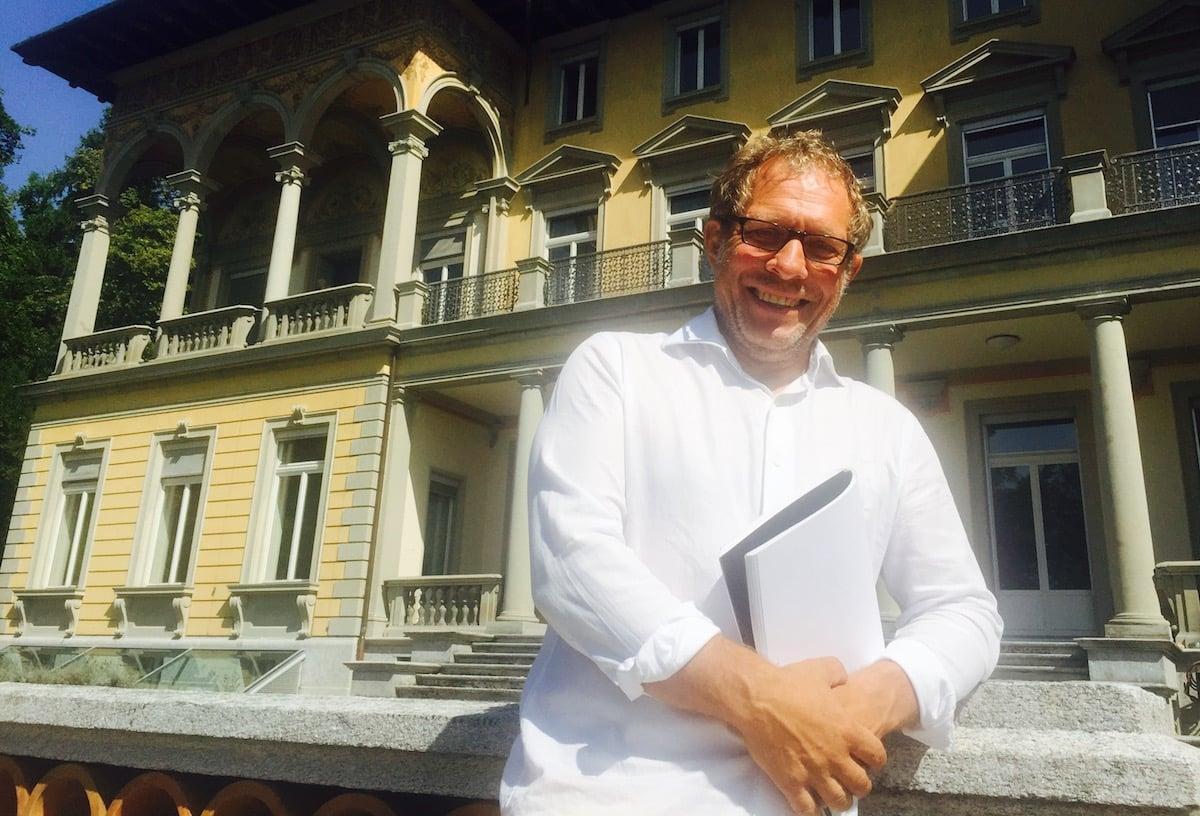 Freut sich auf seine Führungen am Samstag: Historiker Mathias Steinmann vor der Villa Bellerive.