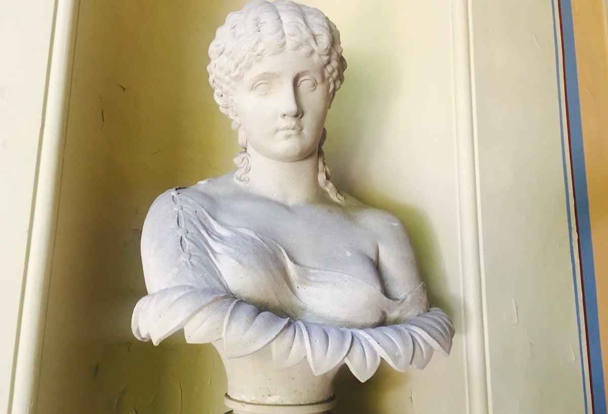 Die Antike verfolgt einen in der Bellerive-Villa auf Schritt und Tritt.