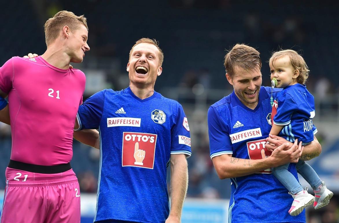 Schwegler freut sich gemeinsam mit Goalie Jonas Omlin (links) und Claudio Lustenberger (rechts) mit Nachwuchs.