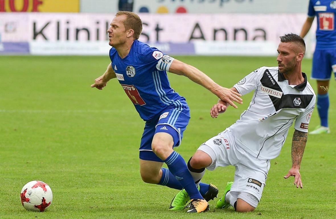 Schwegler kann auch einstecken, wie hier im Spiel gegen den FC Lugano.
