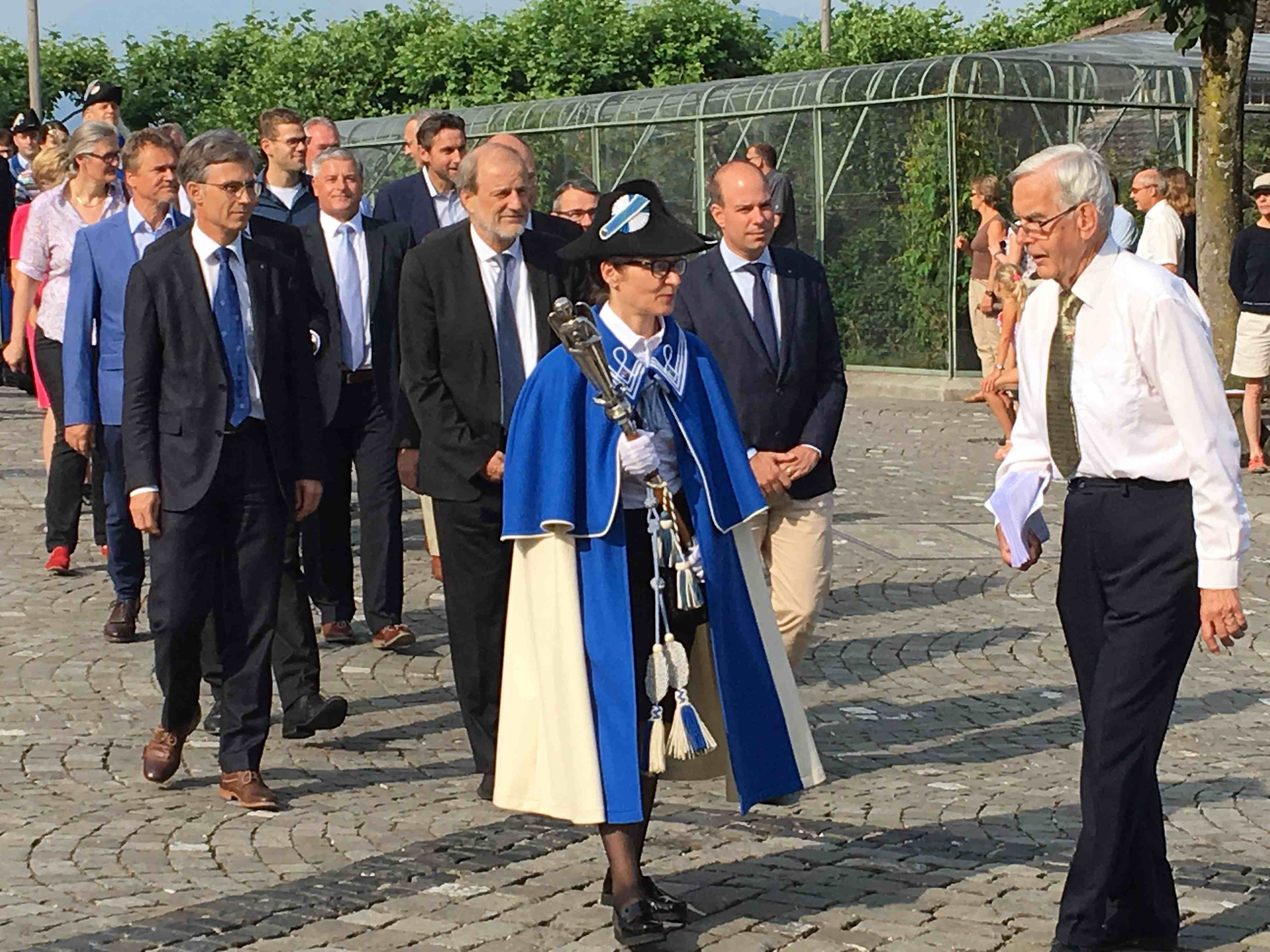 Stadtrat Karl Kobelt (links) will Stadtpräsident Dolfi Müller (Mitte) beerben. Bild vomFronleichnam mit Stadtweibelin Gabriela Kottmann, dem Stadtschreiber und GGR-Mitgliedern.