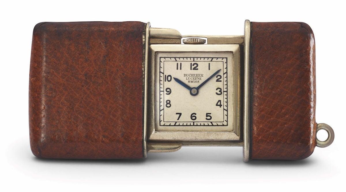 Eine in edlem Ledergehäuse gehaltene Uhr.