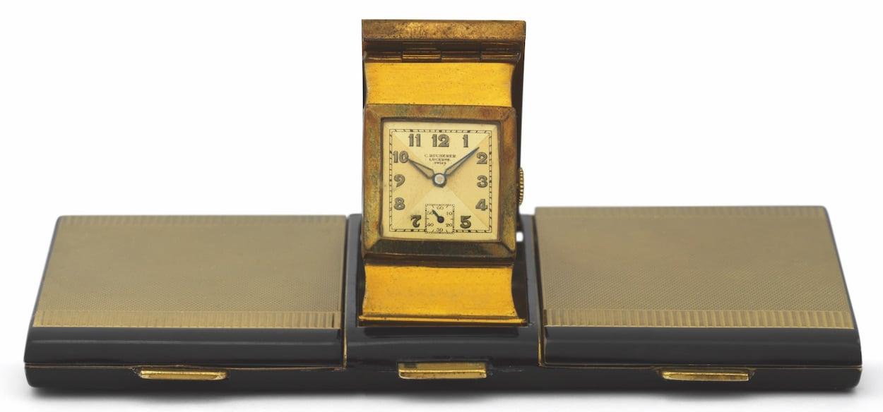 Wieso nicht? Eine Handtasche mit aufklappbarer Uhr. Sie enthält übrigens auch eine Puderbox und einen Spiegel.