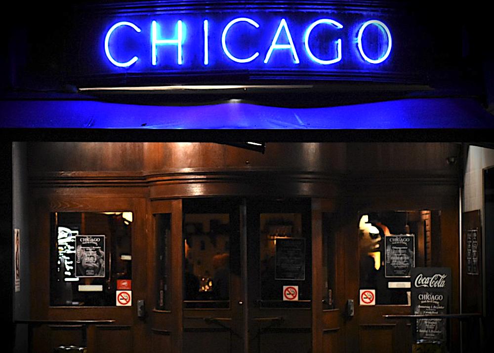 Hier vor der Tür der Zuger Chicago-Bar arbeitet Nasso Gemsch mit seinen Mannen.