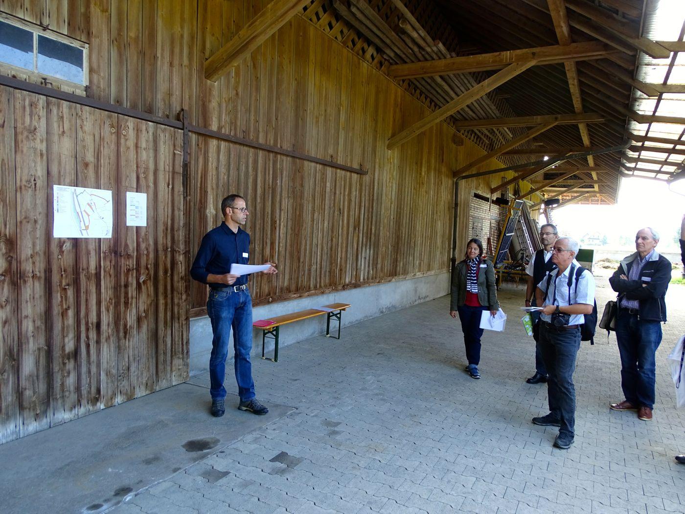 Xaver Amgwerd vom Hof Chamau im Reusstal erklärt, warum er seinen Bauernhof auf Bio umgestellt hat.